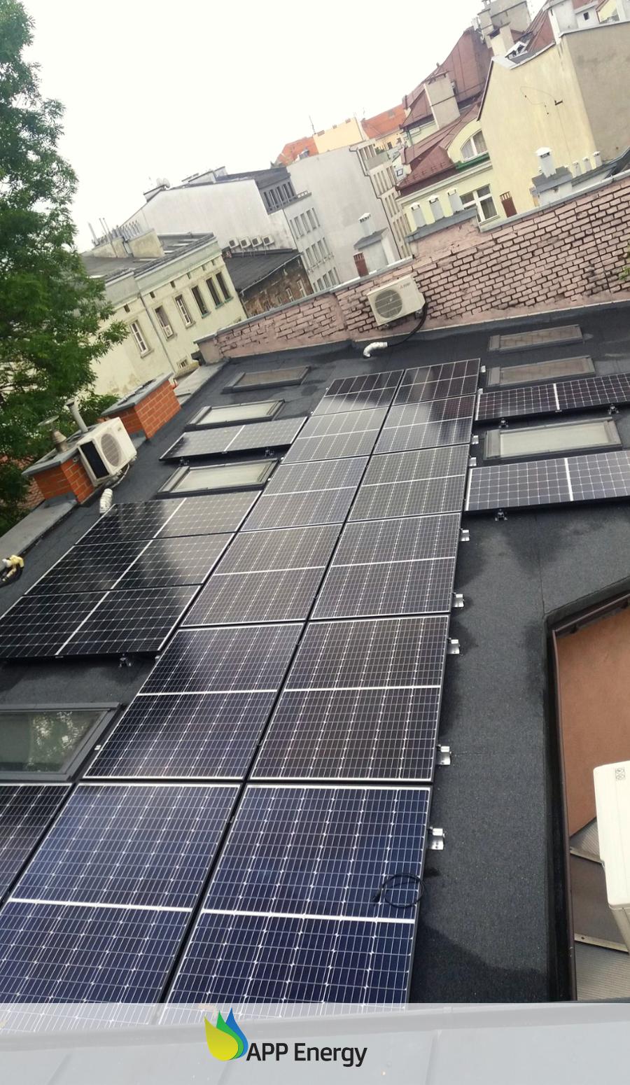 Widok z góry na instalację fotowoltaiczną wykonaną przez APPenergy w Krakowie