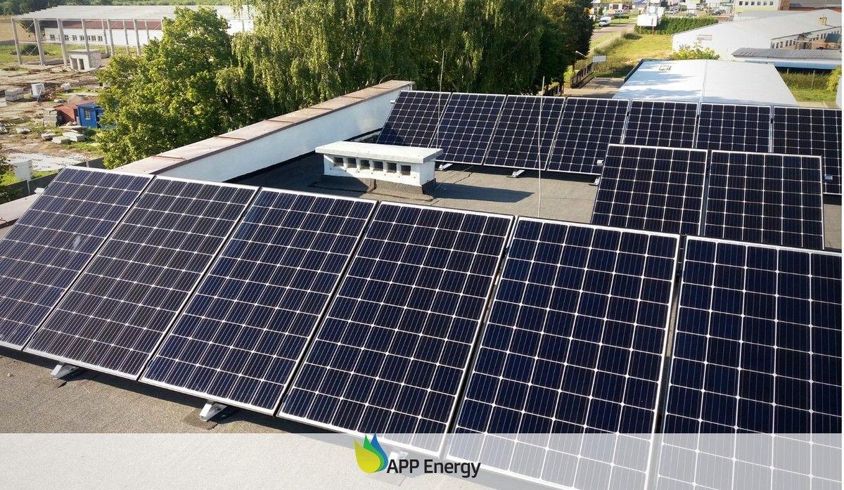 Panele fotowoltaiczne zamontowane na jednym z dachów w Lublinie przez APP Energy
